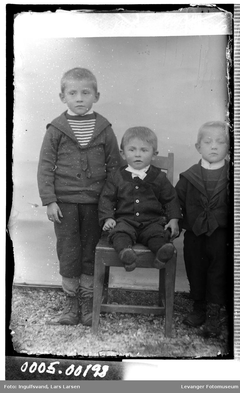 Gruppebilde av tre brødre.