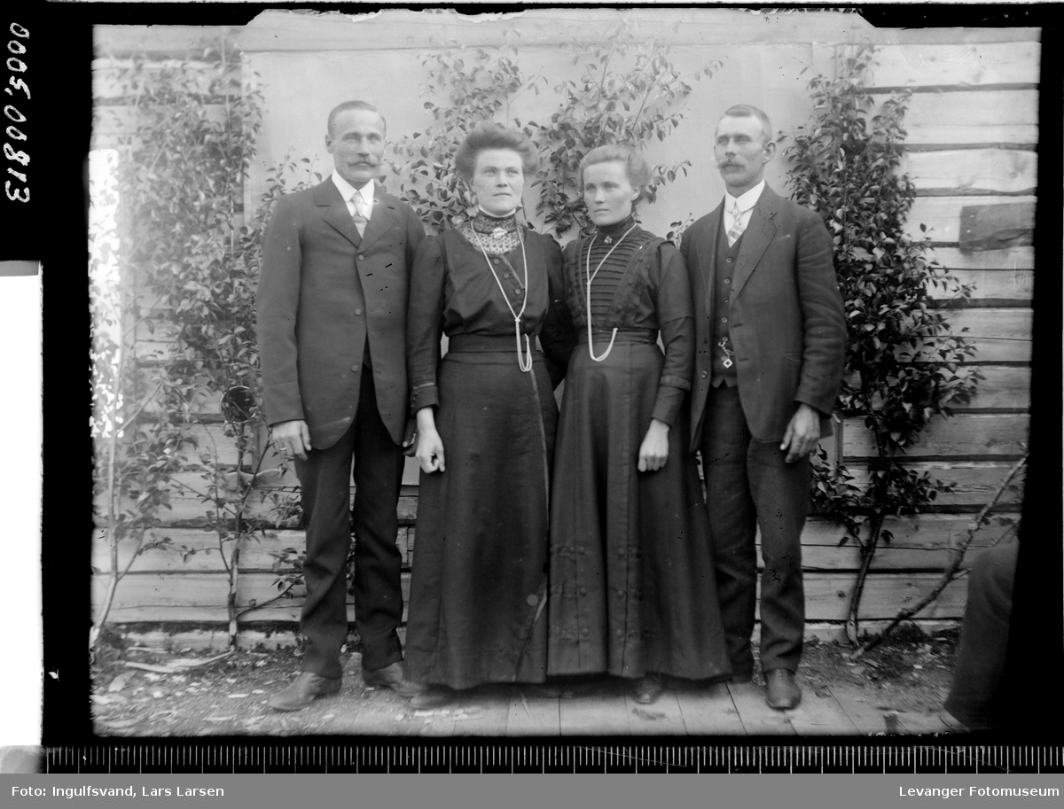 Portrett av to kvinner og to menn.