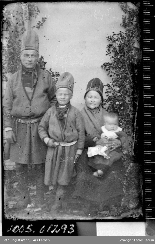 Gruppebilde av fire samer; kvinne, mann og to barn.