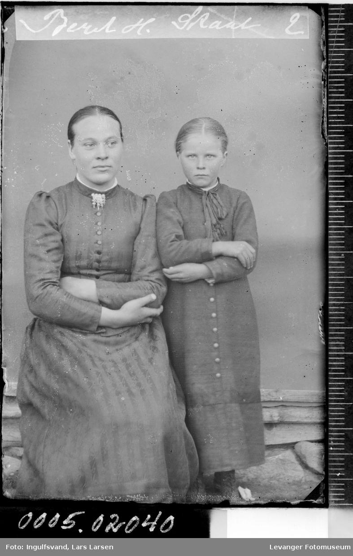 Portrett av en kvinne og en jente.