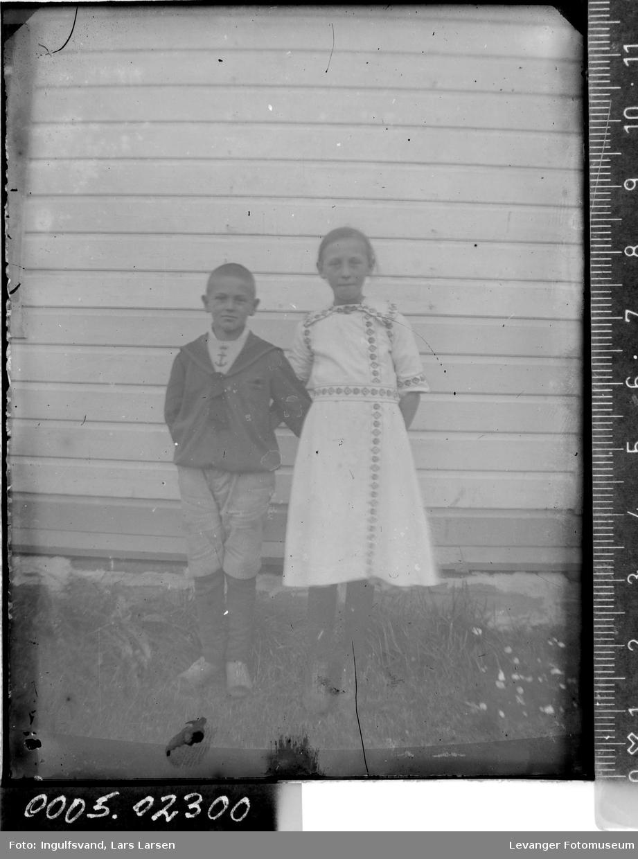 Portrett av to søsken.