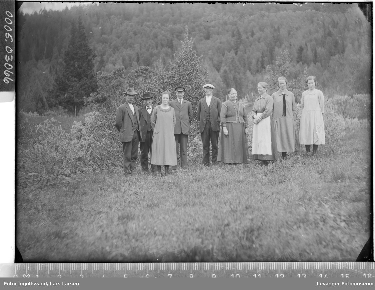 Gruppebilde av fem kvinner og fire menn.