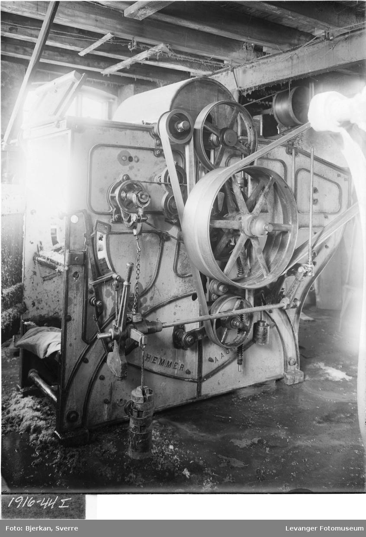 En valkemaskin i bruk hos Eide Ullvarefabrikk i Levanger