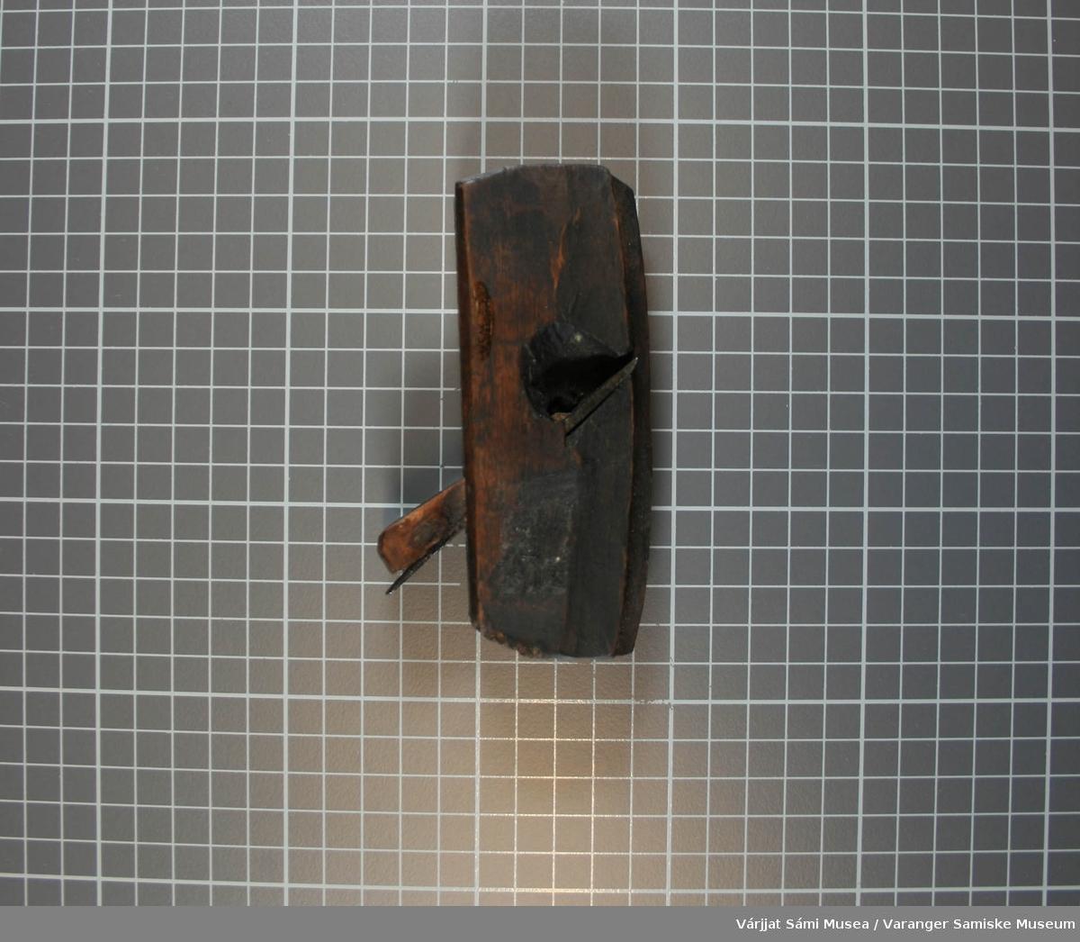 Inskripsjon:1841 S.S. A. Høvelen og kilen er laget av tre, med to blad av jern. Den er mørkebrun, tildels svart.