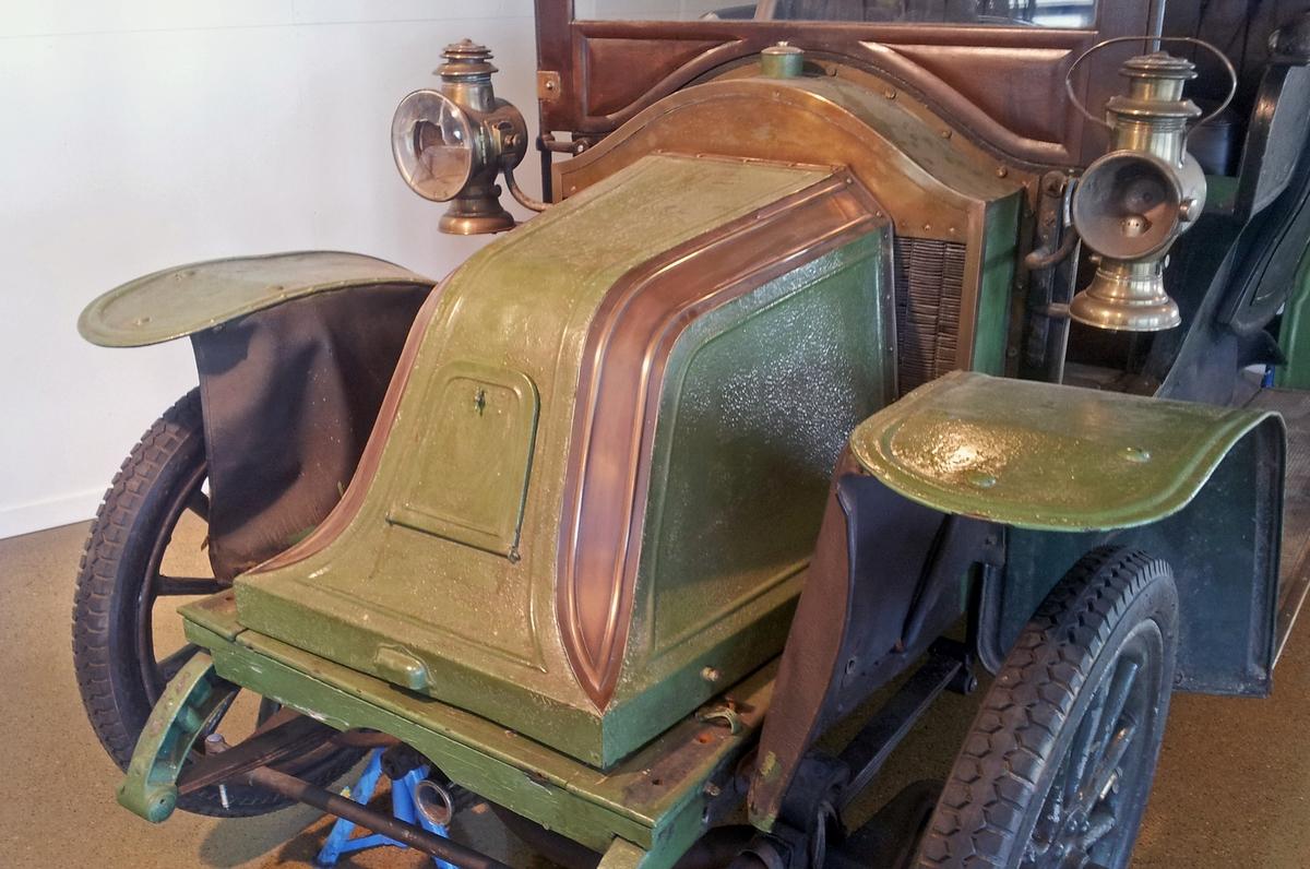 Bilmerke:      Renault Årsmodell:    1906  (15. des.) Reg.nr.:        K-209 Chassis-nr:   7575 Antall HK:     ca. 12-15  Denne bilen kom til Norge ca. 1911-1915 og ble brukt fram til ca. 1920. Det var skipsreder Gunstein Stray (GS) som eide bilen. GS bodde på Huseby kongsgård på Øst-Lista.
