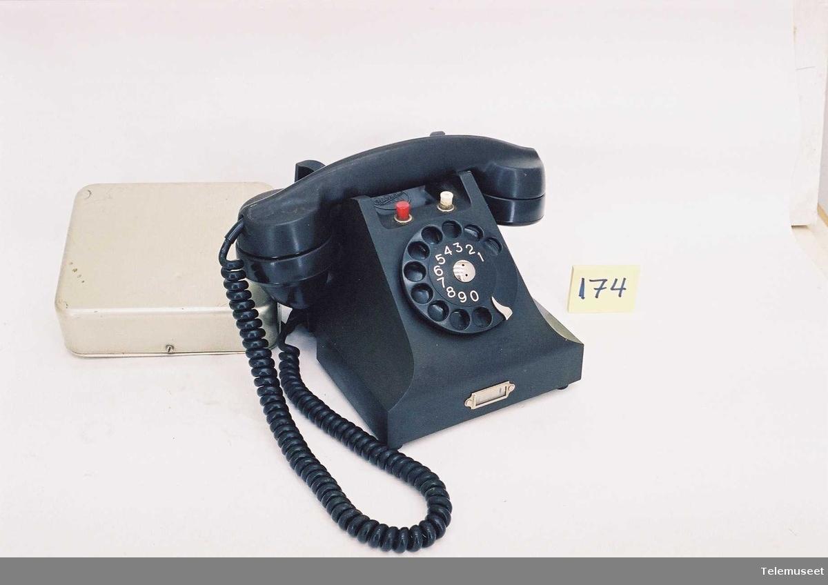2 abonnentlinjer, apparat et endret senest i 1962. Med klokkekasse sort normalskive (LME skive)