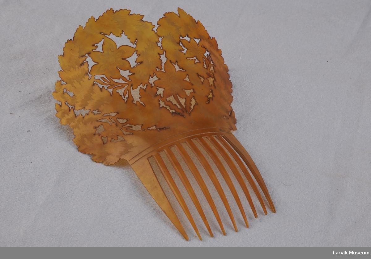 """Form: Buet topp, ni """"tenner"""". Blomster og blad skåret ut i topp-delen, mønster også risset."""