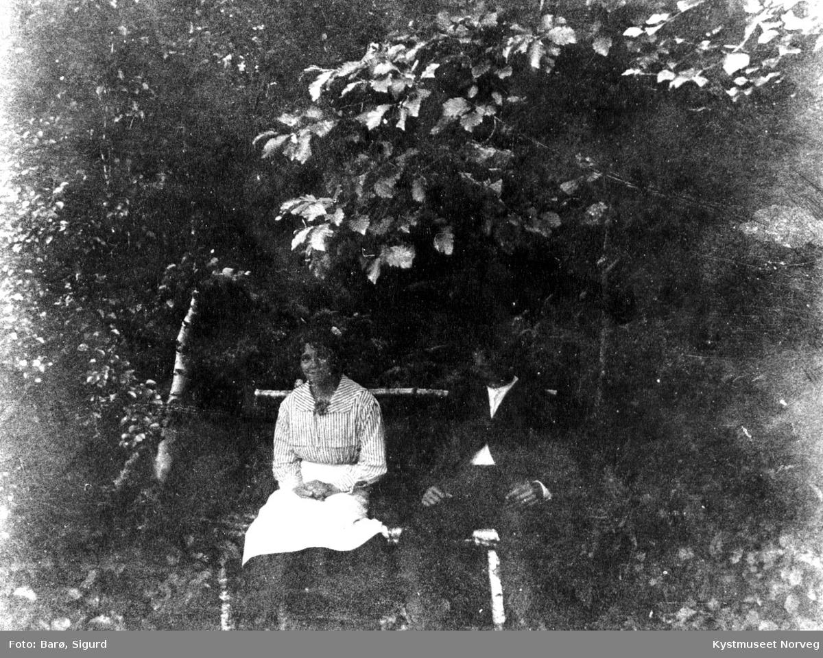 Mann og kvinne på benk.