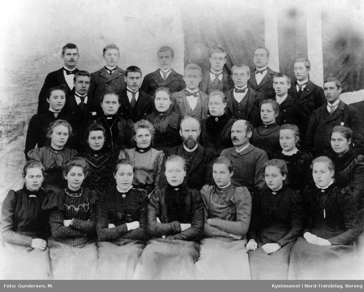 Namdals Folkehøgskole 1901 - 1902 på Ofstad i Vikna kommune. Foran nr 2. fra venstre: Petrine Horseng og lengst til høyre i bakerste rekke står Paul Woxeng