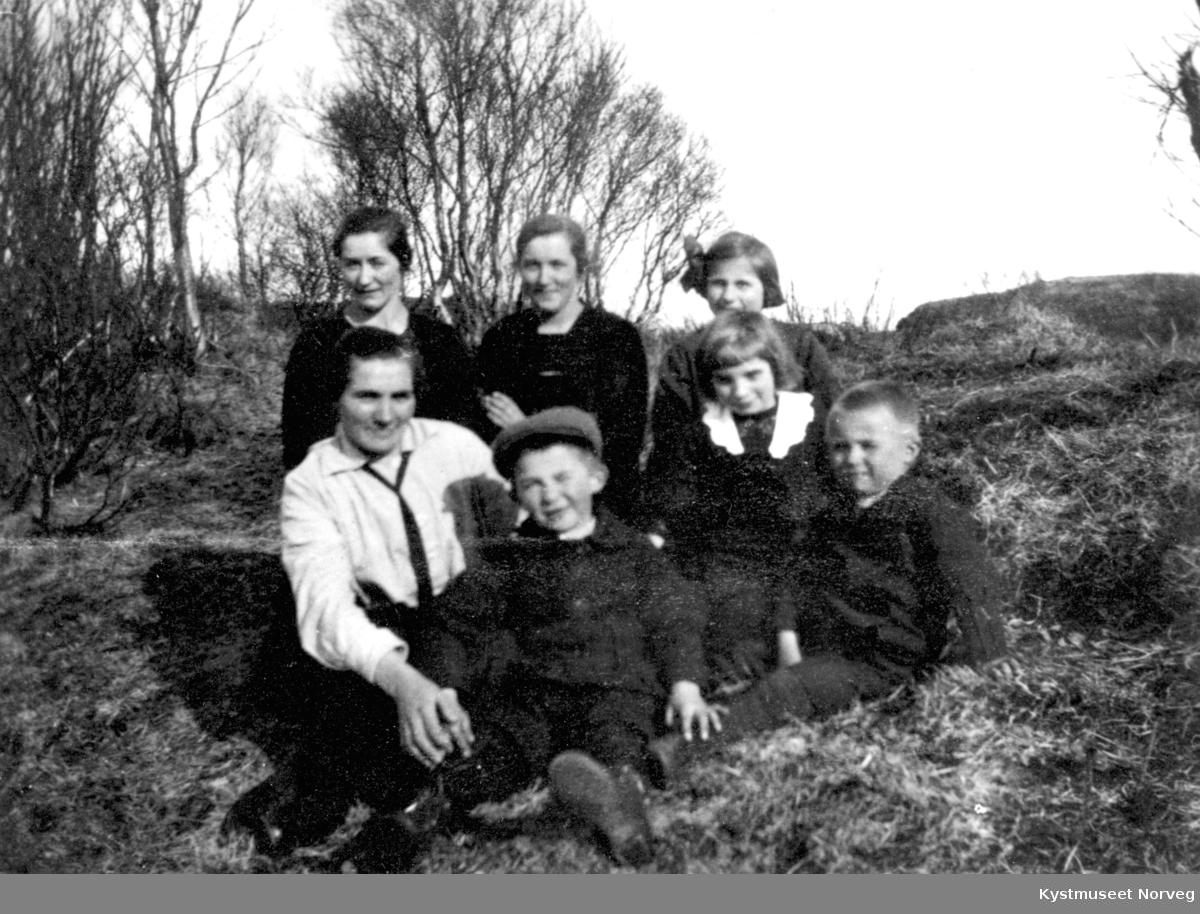 Foran fra venstre: Ragnvalda Lyngsnes, Reidulf og Reidun Lyngsnes og Jon Kirkeby-Garstad. Bak fra venstre: Olga Garstad,  Rønnaug Jørgensen og Ingrid Kirkeby-Garstad på Garstad