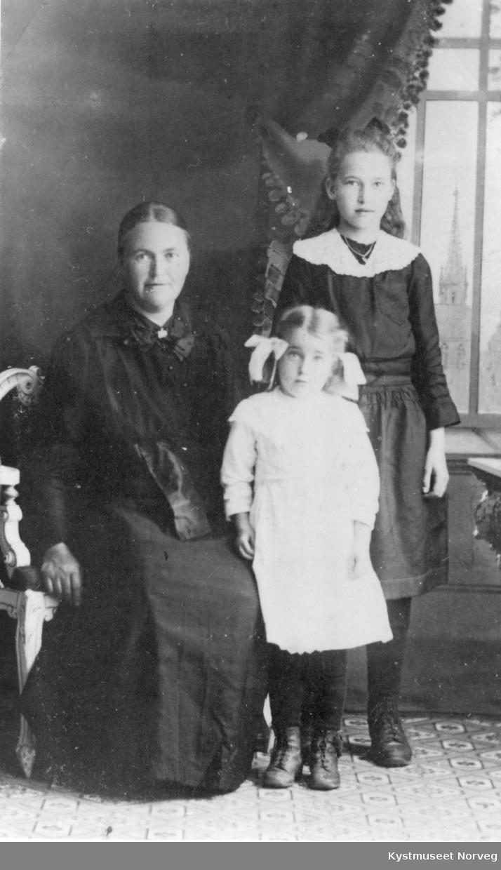 Anetta Breivik med 2 av døtrene sine Helga og Julie
