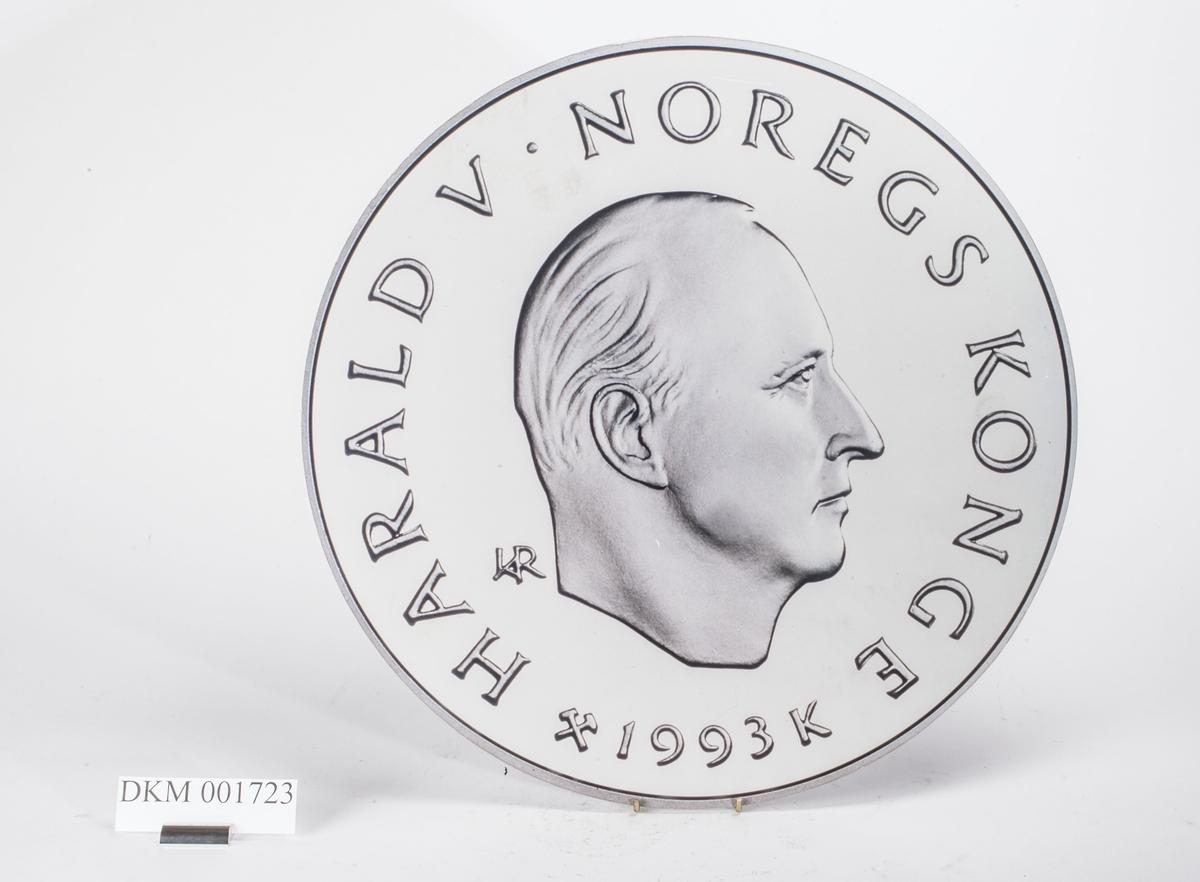 Advers: Kong Harald V i høyrevendt profil.  Revers: Kunstløperske. OL-symbolet.