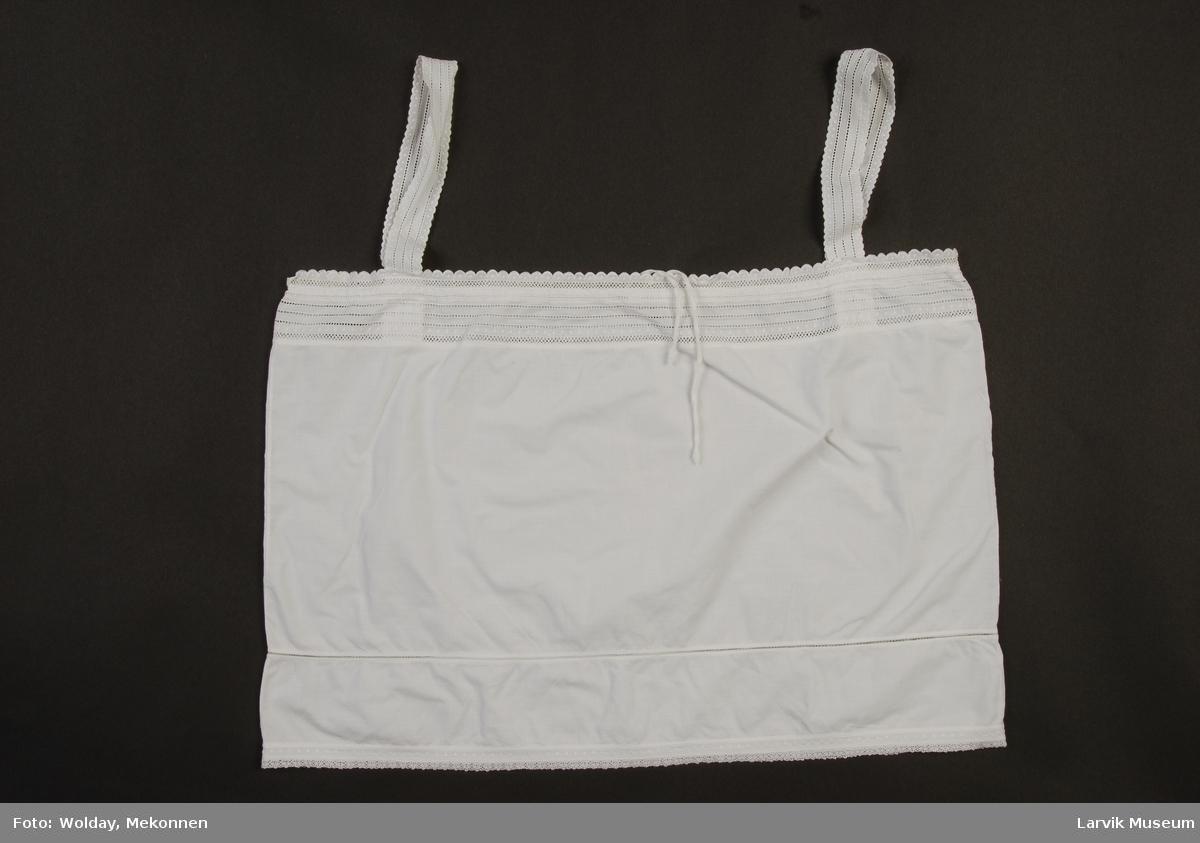 Form: hvit lerret/cambric m Schweizerbroderi og
