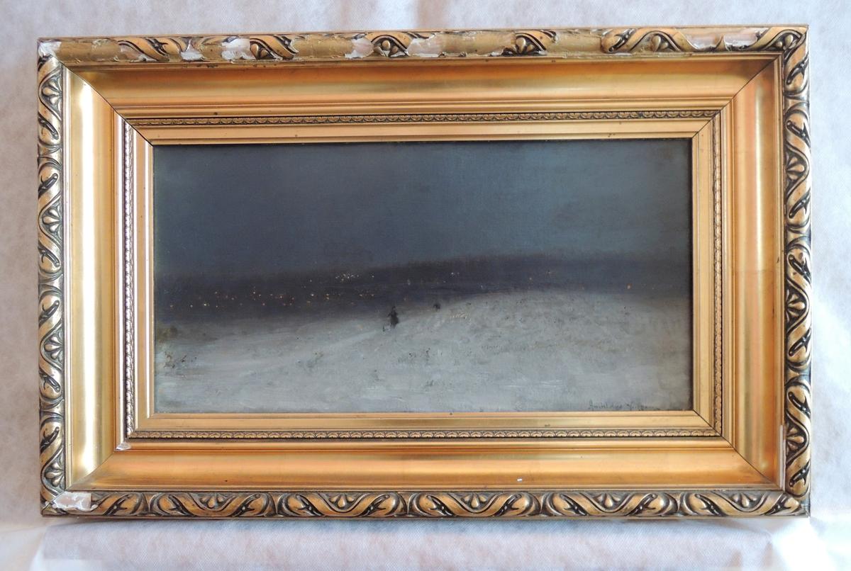 Snø, skikkelser og lys fra bebyggelse.