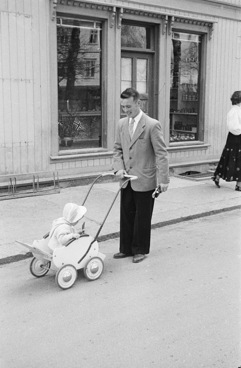 17. mai. Elverum.  1954. Mann med barnevogn.