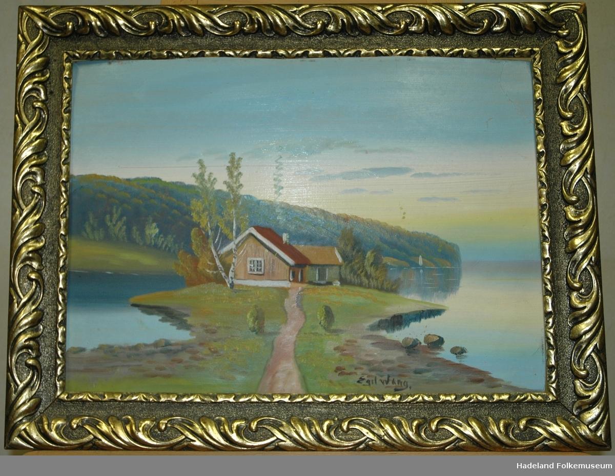 Hus og uthus på et nes ved en fjord.