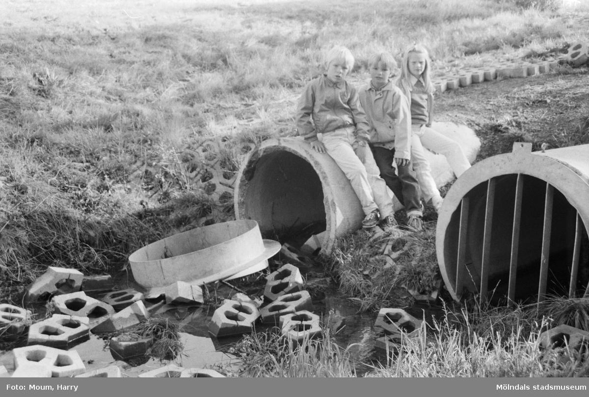 Inredning dräneringsrör : Dräneringsrör vid Liveredsskolan i KÃ¥llered, Ã¥r 1984. För mer ...