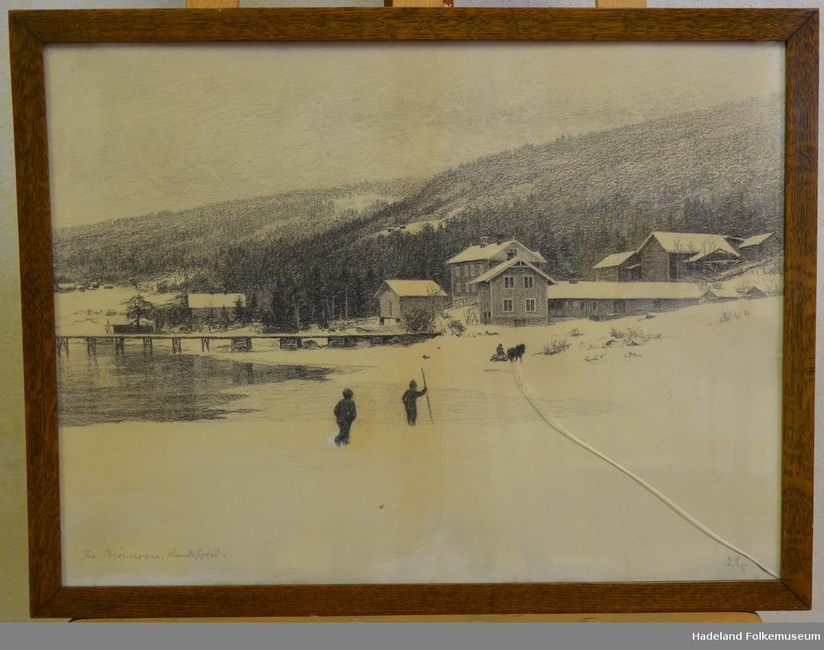 Vintermotiv med brygge, bebyggelse, mennesker og hest med slede