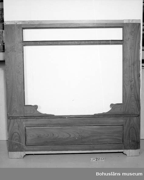 """Se UM025055 Väggfast dubbelsäng med linneskåp emellan. Ovanför varje säng är det en hylla. Det fanns elva delar när sängen kom till museet.  Sängen är ej komplett. Sängen har varit monterad i ett vindsrum i det gamla huset på gården Västra Torp. Detta hus revs år 1985. Trädelarna är antingen ådringsmålade med ett utseende som påminner om träslag med större ådror, lister runt infällda speglar med flera ställen målade i blågrönt. Viss del har marmorimitation i blågrönt med mörka ådror.  Golv, sänghalm, fäll och bolster revs ur sängarna när givarens mor flyttade till gården 1919. Sängutrymmet kom därefter att användas som garderob. Sängöppningarna doldes av blåvitrutiga förhängen - vit botten med randning i olika tjocklekar. Givaren minns att det i hyllan över varje säng stog sex tallrikar samt prydnadsfigurer. Över den ena sängen var det djupa tallrikar med """"Willow""""-mönster. Inne i sängarna mot linneskåpet i mitten fanns det hyllor som var avsedda för personliga småföremål. Sängen togs ner 1945 och lades på vinden. När huset revs 1985 lades delarna ut i ladugården. Dörren till linneskåpet har använts av givarens man ute i ladugården och är mer sliten än övriga delar. En av listerna har troligtvis varit dörrfoder i vindsrummet."""