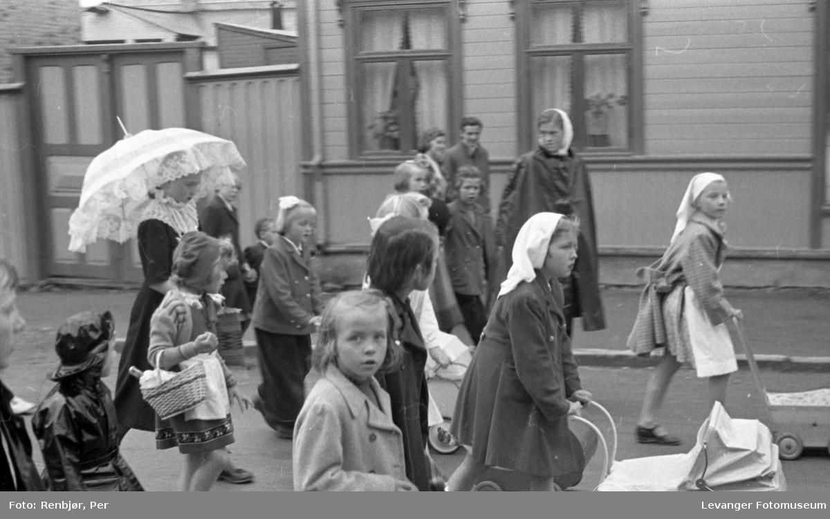 Barnas dag, Levanger, jenter utkledde som husmødre (?) eller barnepleiere.