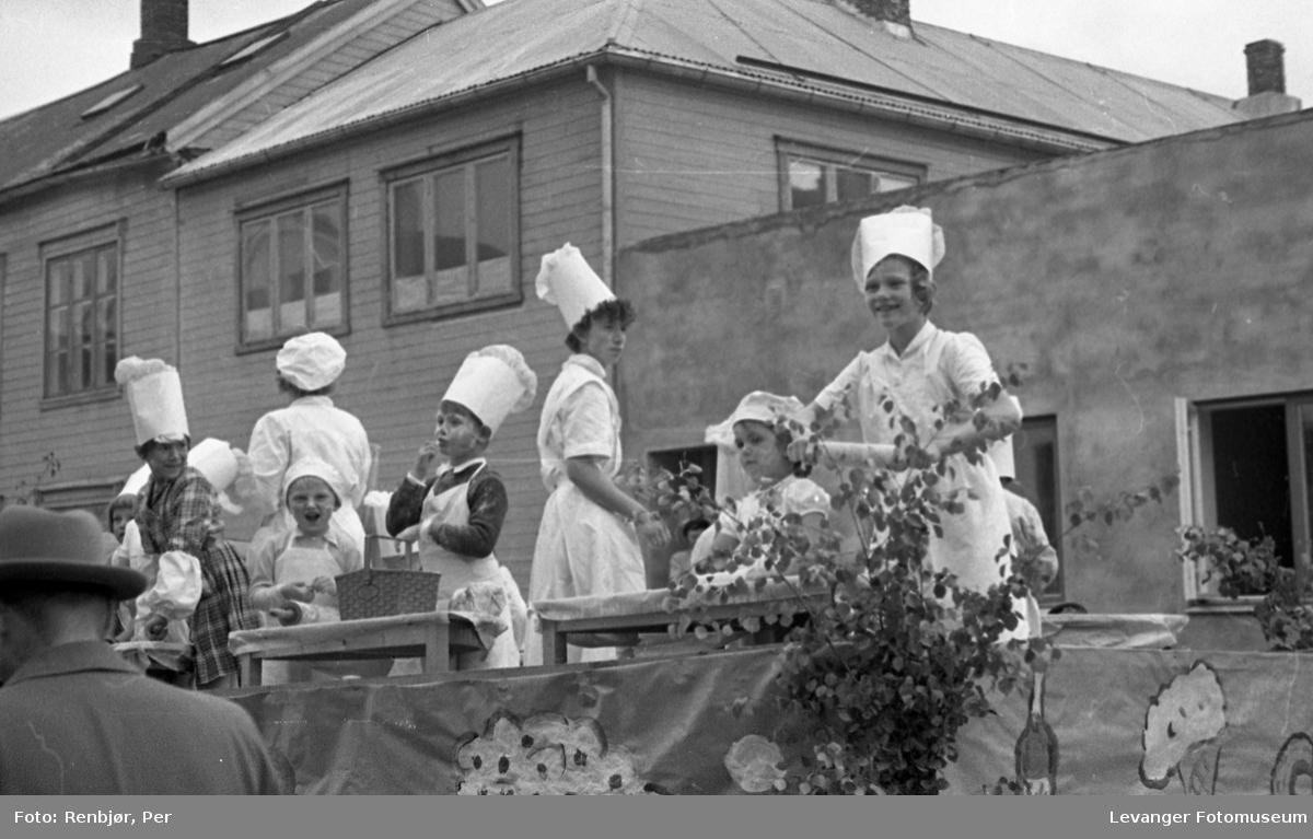 Barnas dag, Levanger, jenter utkledde som bakere.