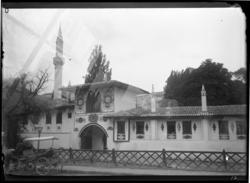 'Hus med utsmyckningar och torn, minaret. Intilliggande gata