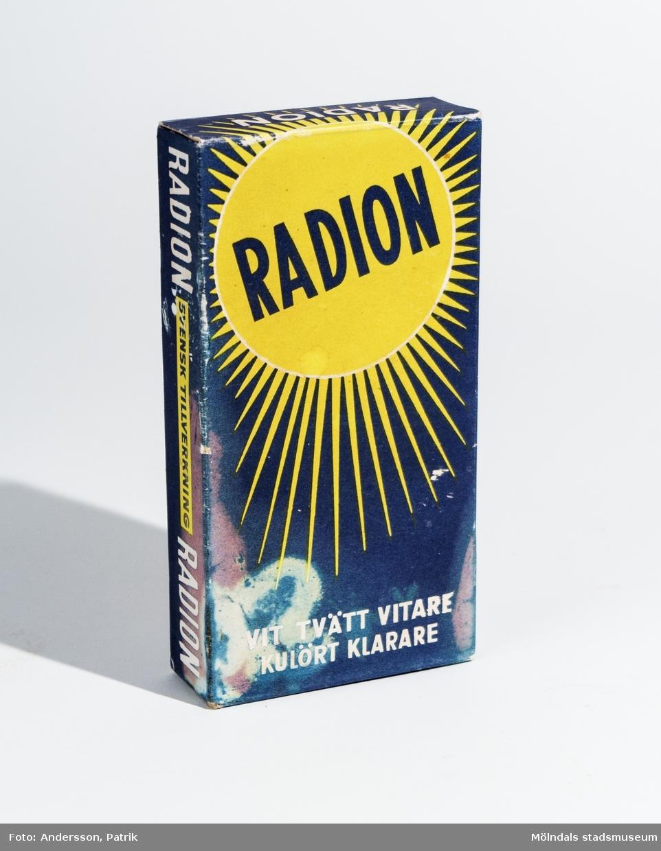 En oöppnad förpackning med tvättmedlet Radion, troligtvis från cirka 1936 - 50-talet. Bak på förpackningen finns en brukanvisning tryckt.