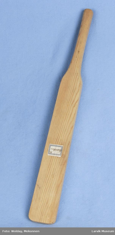 Form: Rektangulær del som går over til en smalere håndtak denne delen er rundere.