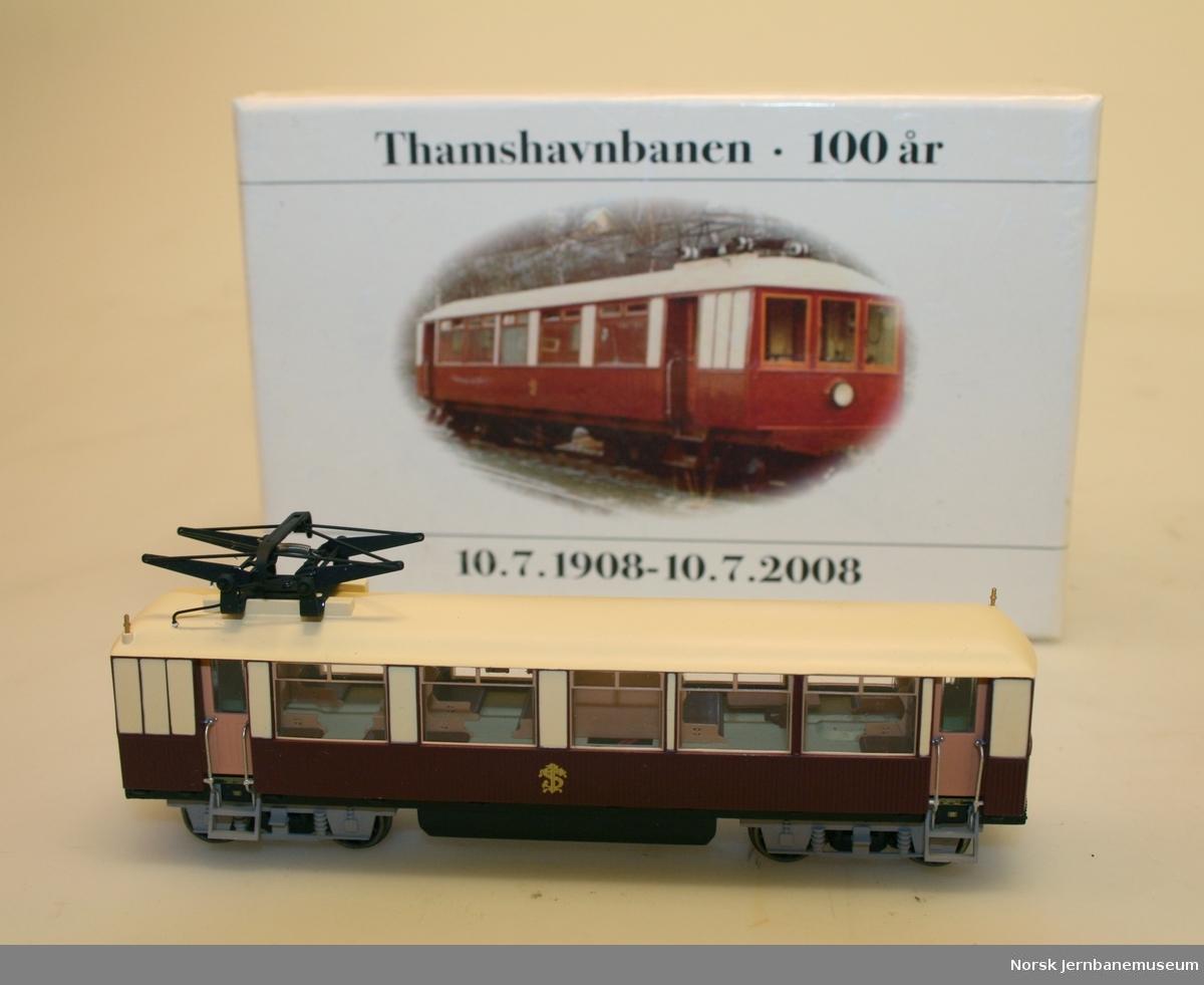 """2 identiske modeller av Thamshavnbanens elektriske motorvogn """"Kongevognen"""""""