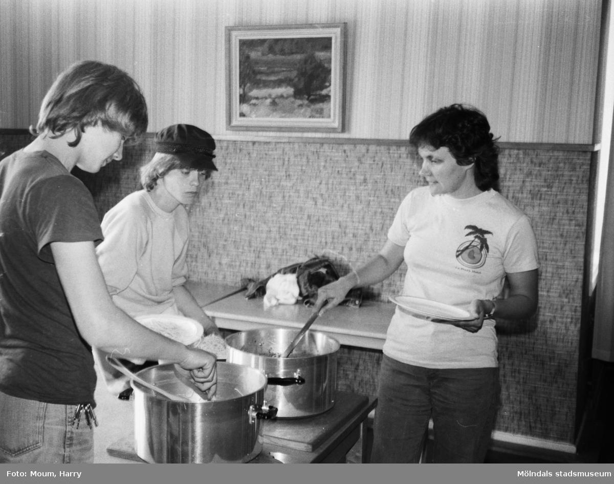Feriearbete för ungdomar i Kållered, år 1983. Måltid i Kållereds gamla kommunalhus.  För mer information om bilden se under tilläggsinformation.