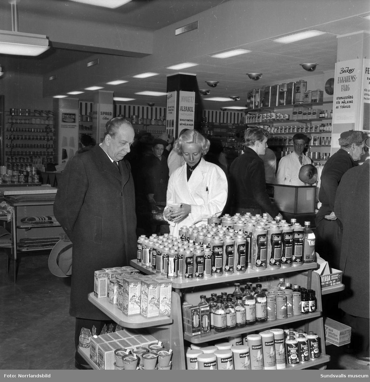 Interiörbilder från Strömbergs färghandel med kunder och personal. Trotjänaren Ossian Sedolin ses på bild 4-5.