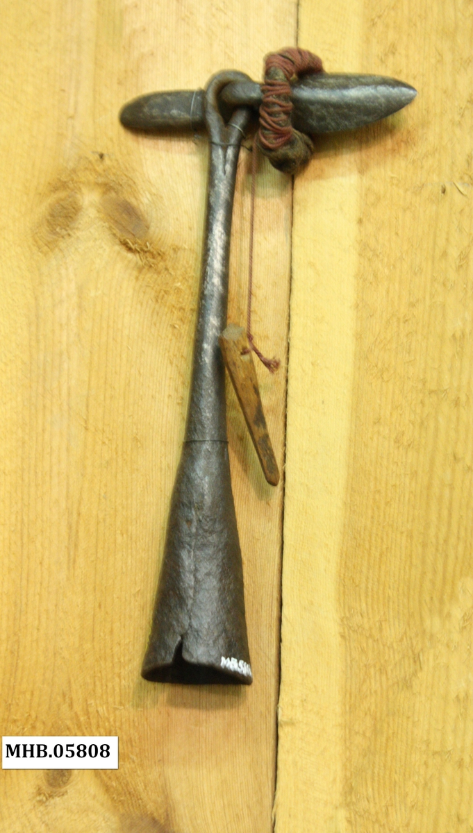 Handharpun med kjegleformet fal til treskaft Harpunkroppen er har en ebber ut i en jernring øverst som odden er festet i gjennom en egen jernring. Denne har ein liten ring av tog og ein trekile til å halda odden på plass når dei stakk han i kvalen.