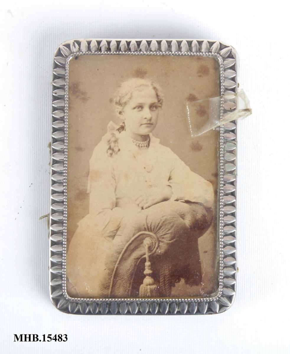 Portrett av en sittende ung kvinne.