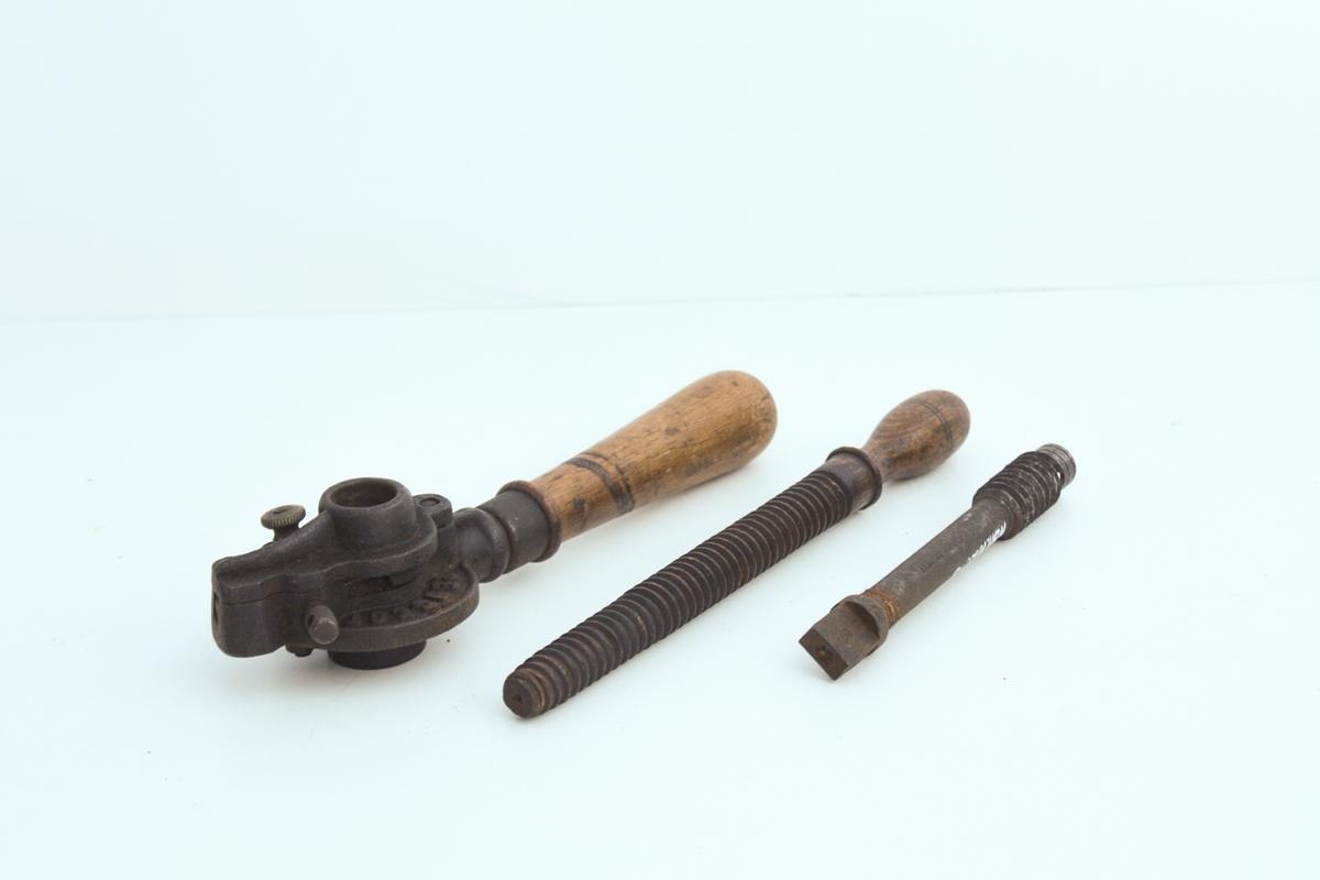 Gjengesnitt for tre, består av tre gjenstander. Gjengebakken (svingjern) brukes for å lage utvendig snitt på tapper, gjengetappen brukes for å lage innvendig snitt på tapper/skruer. Siste gjenstand er en tilpasningstapp for gjengebakke.