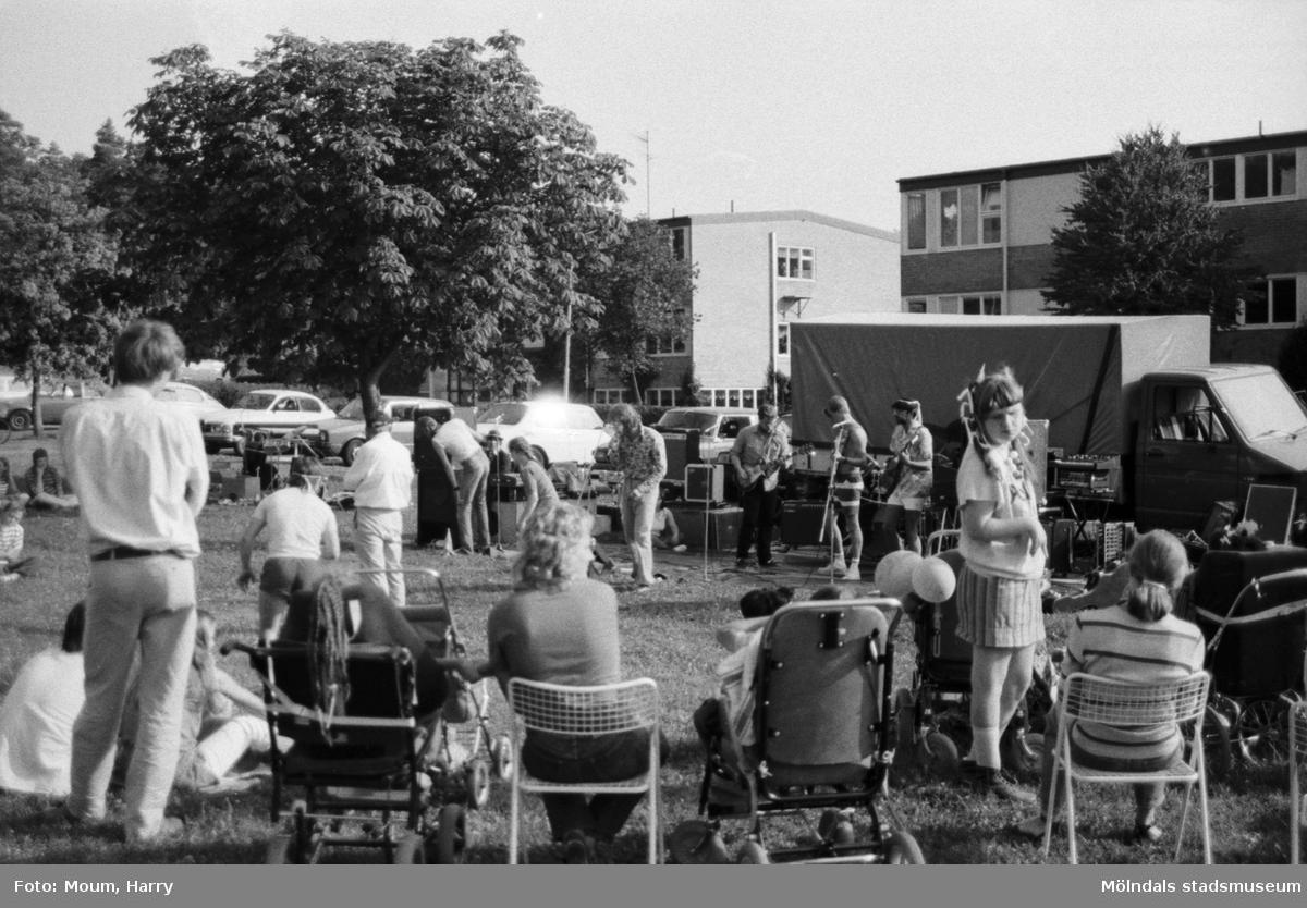 Karneval i Kållered, år 1983. Musikföreställning på Sagåsen.  För mer information om bilden se under tilläggsinformation.