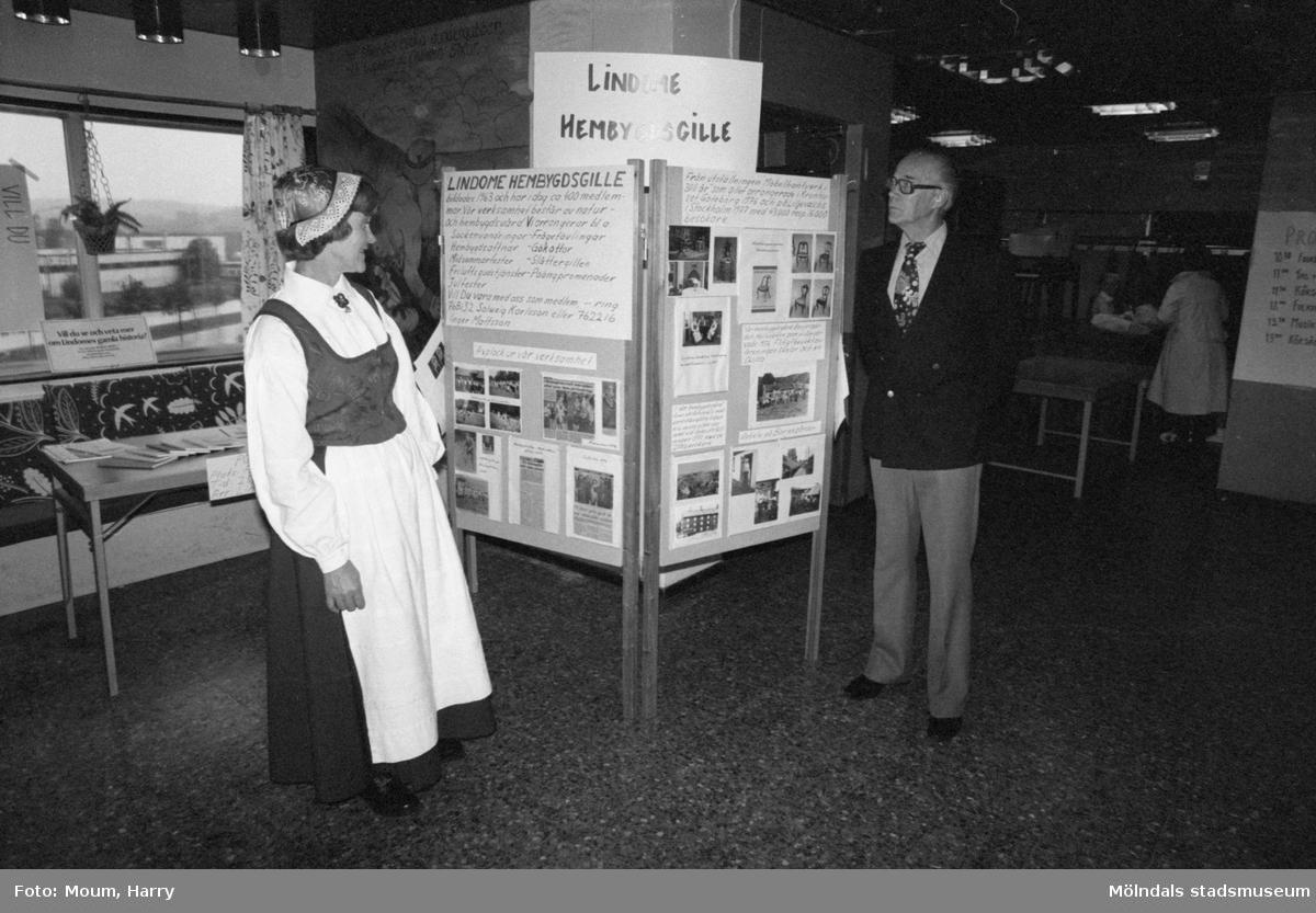 Föreningarnas dag på Almåsgården i Lindome, år 1983. Lindome hembygdsgille.  För mer information om bilden se under tilläggsinformation.