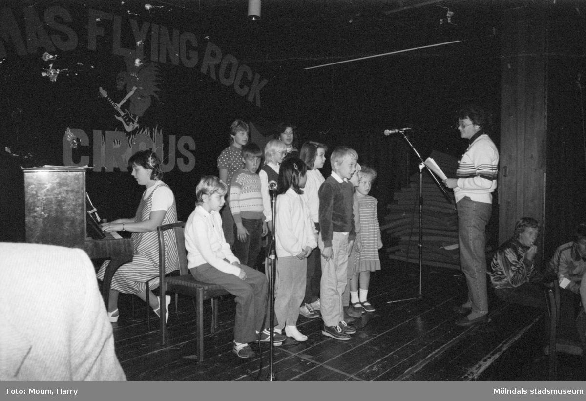Föreningarnas dag på Almåsgården i Lindome, år 1983. Lindome Frikyrkoförsamlings barnkör.  För mer information om bilden se under tilläggsinformation.