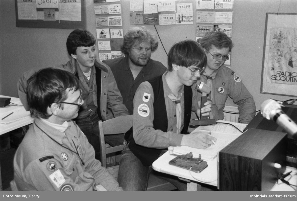 Scouter från Annestorpsdalens scoutkår i Lindome deltar i Jamboree on the air, JOTA, år 1983.  För mer information om bilden se under tillägginformation.