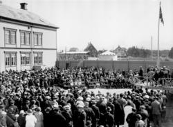 Varemessa i Bodø i 1937. Mange tilskuere foran tribune. Den