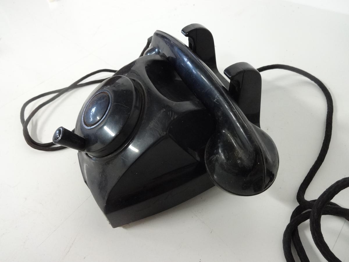 Telefon med sveiv og kabel. Har mulighet til veggmontering.