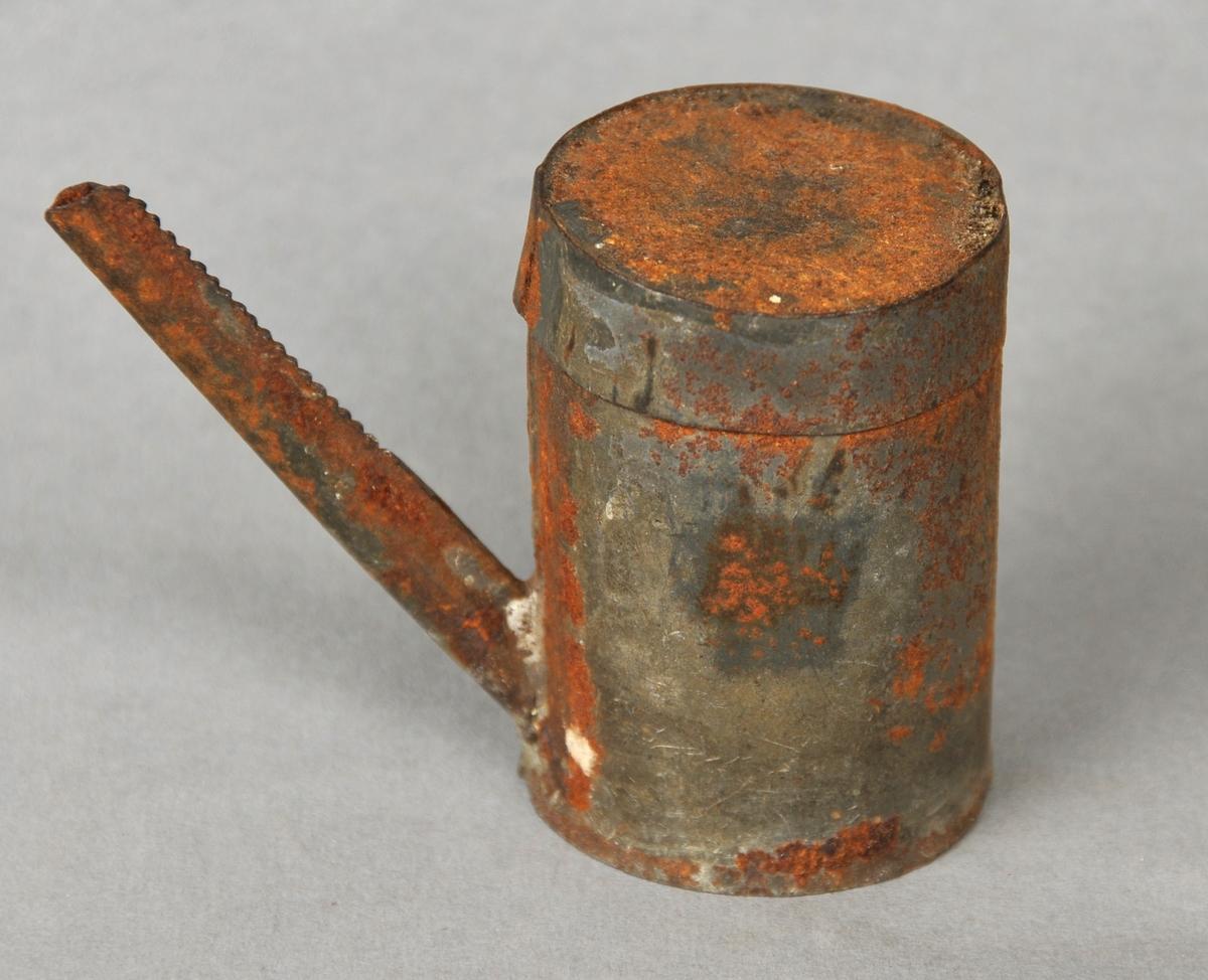Sylinderforma behaldar med lok og lang, smal tut.