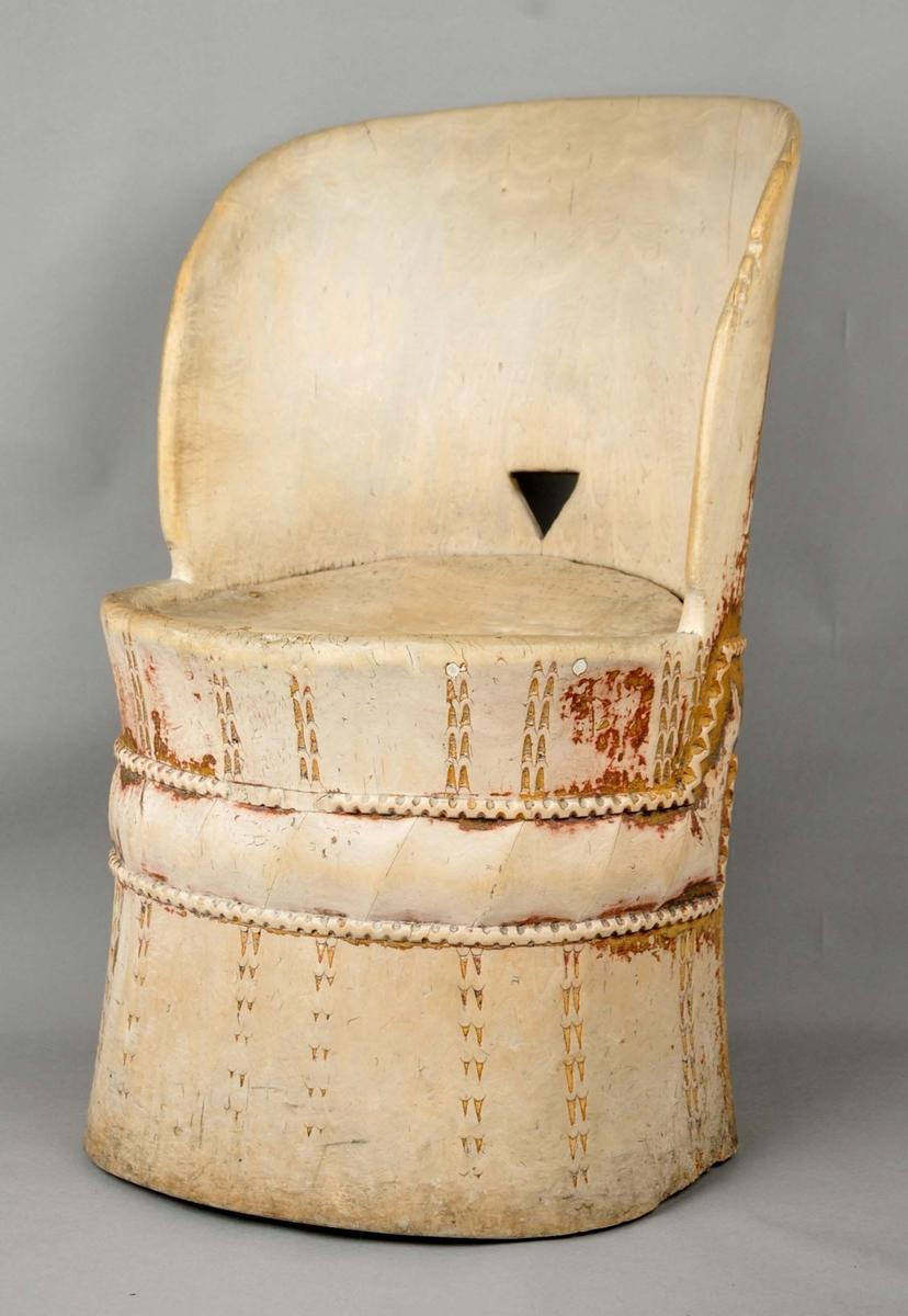 Kubbestol med restar etter måling. Trekanta gripetak i ryggen. Tannsnitttornamentikk rundt foten (s.s. MLA. 181). Stolen er svært lett i vekt. Framre del av setet manglar.