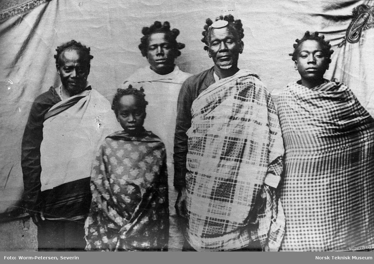 En Sakkalavhøvding med sitt følge. Madagaskar