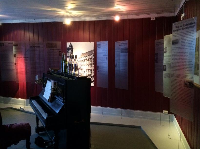 Damen i Berlin, oversiktsbilde rommet m piano, maren sofie l (Foto/Photo)