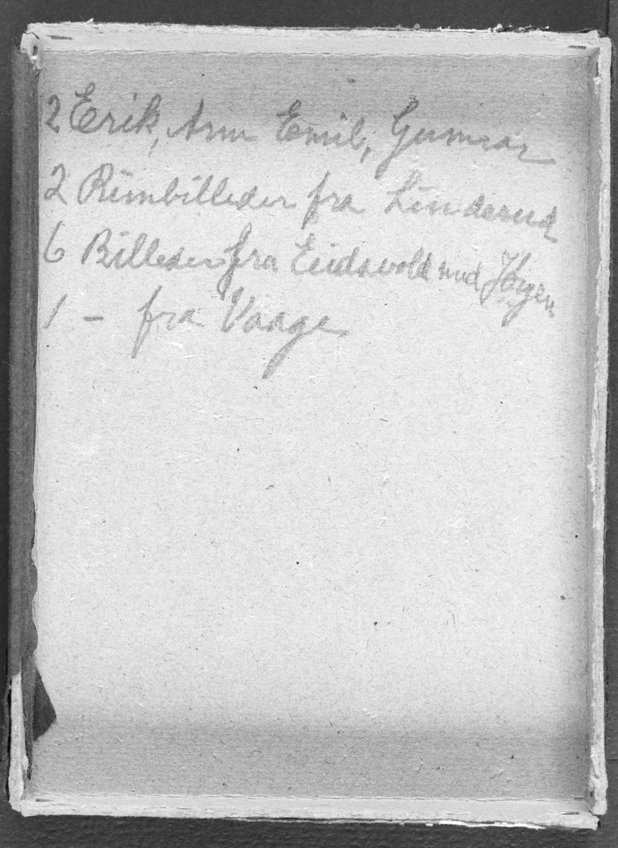 "Side med tekst "" 2 Erik, Arne Emil, Gunnar. 2 rimbilleder fra Linderud. 6 billeder fra Eidsvoll med Jørgen. 1 fra Vaage."" (Innskrevet i eske)"
