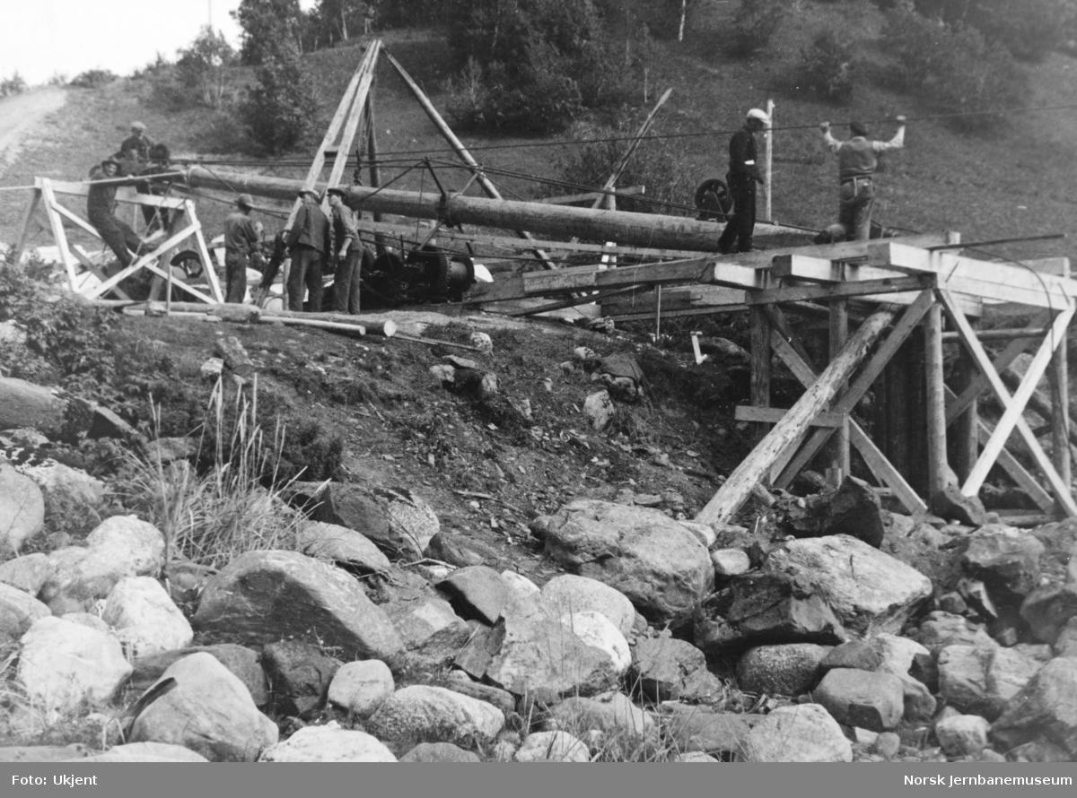 Anlegget Mosjøen-Mo i Rana : bru over Fusta, reising av Derrick-kran