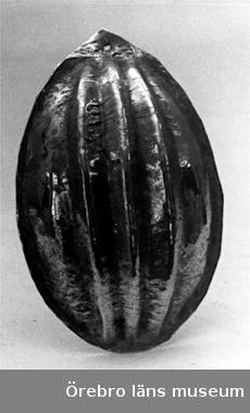 Oval med spets i ena änden och kant. Tre kantiga åsar över ryggen. Hamrad över mönstrad form. Förtennad. Från Nerike.Anm.: Korrision, Tennpest.17- el 1800-tal.