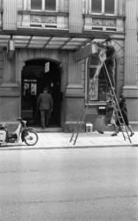 Svenska handelsbanken 30 mars 1965Man hänger reklamskylt f