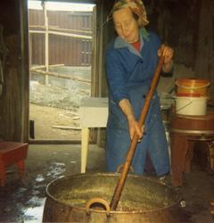 Ingebjørg Lien, fødd Thorset i 1905, kokar prim heime på gar