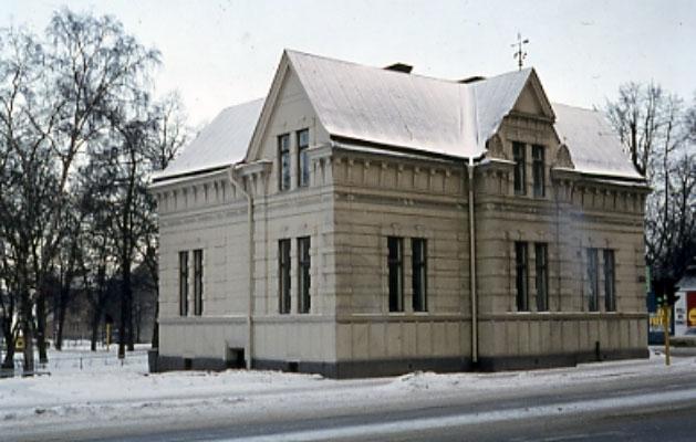 Fastighet i korsningen Storgatan/Järnvägsgatan, byggd ca 1890. Natten mellan 2-3 juni 1992 flyttades huset till kvarteret Lagerhuset, adress Storgatan 25 B,  Byggnaden har använts till till olika verksamheter: - bostadshus ursprungligen - länsarkitektkontor - Konstnärernas Riksorganisation (KRO)